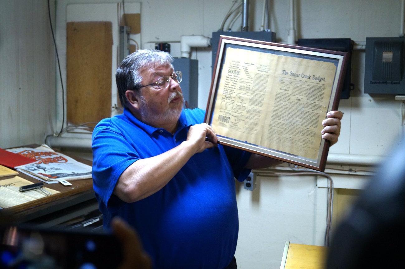 Keith Rathbun, director de The Budget, muestra uno de los primeros ejemplares del periódico. Foto: Patricio Contreras