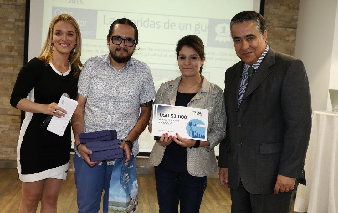 Al centro, Cristian González y Magdalena Tavonatti, ganadores del ETECOM 2015, junto a Carla Zunino y Claudio Muñoz, presidente de Telefónica en Chile. Foto:  Agencia Uno.