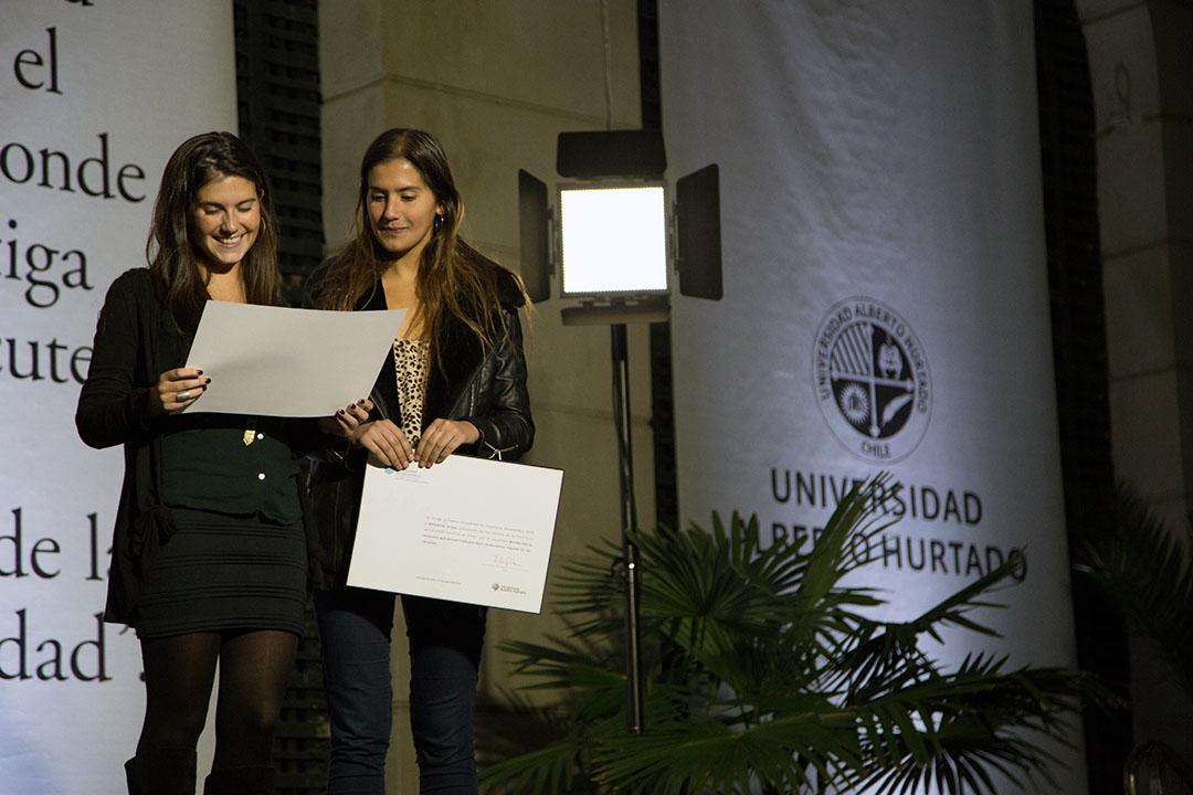 Javiera Yáñez y Valentina Araya durante la entrega del PPE 2015. Foto: Pablo Baeza