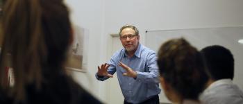 Roberto Herscherr durante un taller en la Fundación Tomás Eloy Martínez. Foto: Verónica Lilian Martínez.