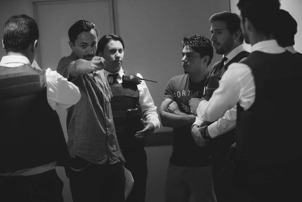 Los extras que interpretaron a la escolta policial recibiendo indicaciones de Christian Rojas.