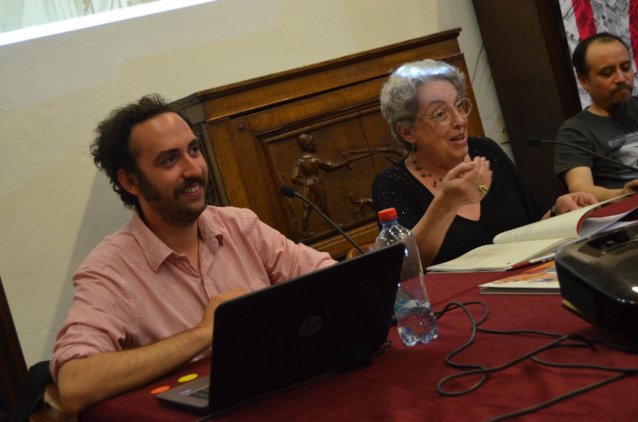 """Nicolás Rojas —a la izquierda de la foto— durante el lanzamiento de """"Grito y Plata"""", junto a Karen Plath Müller y Carlos Reyes. Foto: Francisca Palma."""
