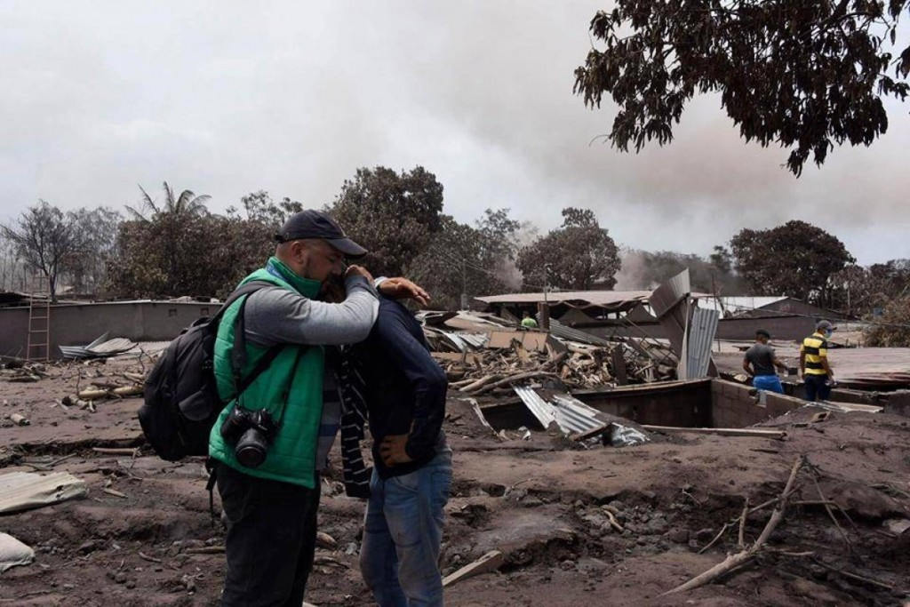 Douglas Suruy, del medio guatemalteco Publinews, y una víctima de la tragedia del Volcán de Fuego. Foto gentileza Publinews.