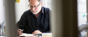 Roberto Herrscher en su oficina en la Escuela de Periodismo de la Universidad Alberto Hurtado. Foto: Fabián Hernández