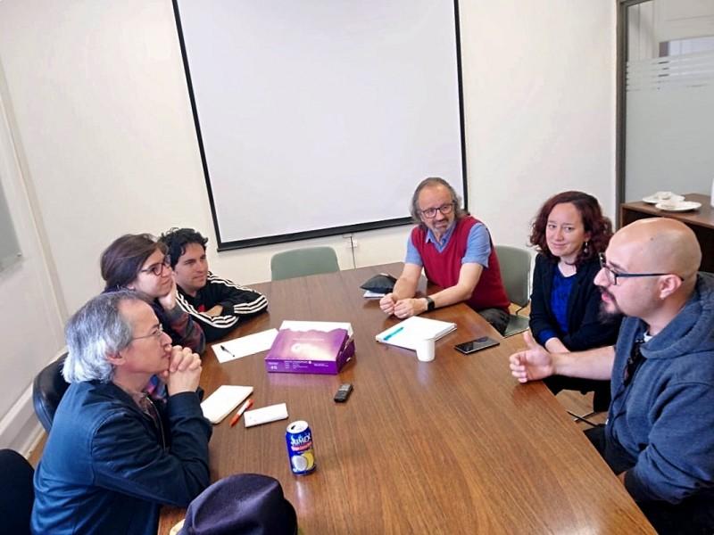 Joe Sacco reunido con los académicos Ximena Orchard, Juan Carlos Skewes y Boris Santander, a los que también se sumaron Camila Rossel y Rolando Abarca, estudiantes de Periodismo UAH.
