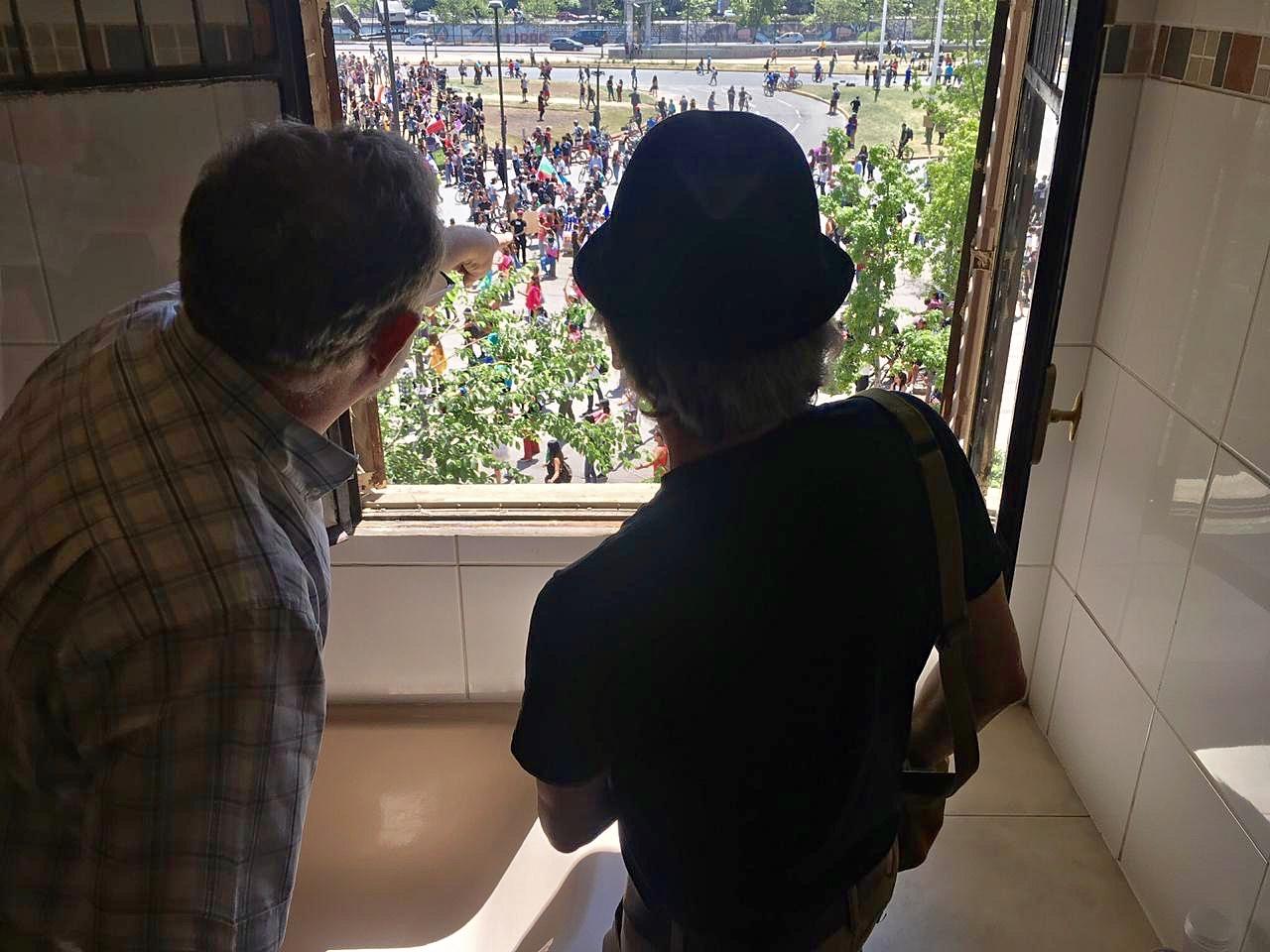 Roberto Herrscher y Joe Sacco observando a la multitud congregada en Plaza Italia. Foto: Roberto Herrscher