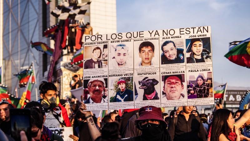 Cartel con nombres de las víctimas que murieron durante el estallido social.
