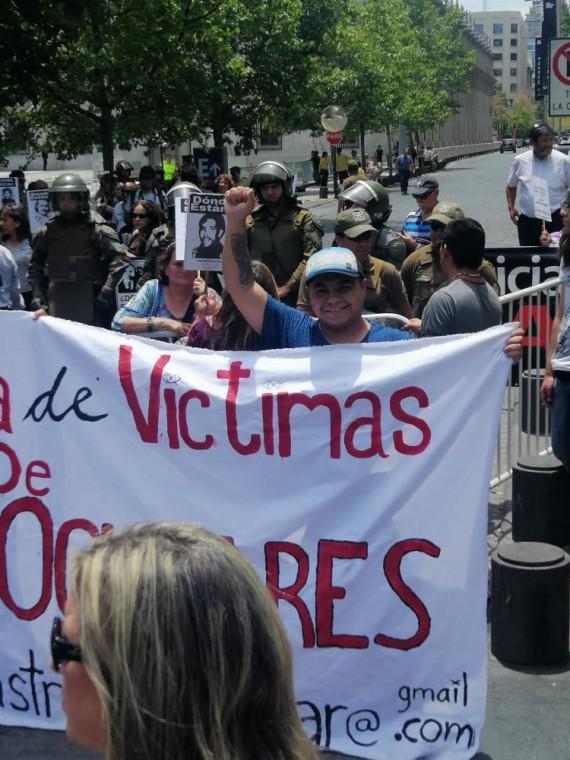 Daniel Acevedo en una marcha junto a personas de la Coordinadora de Víctimas de Traumas Oculares.