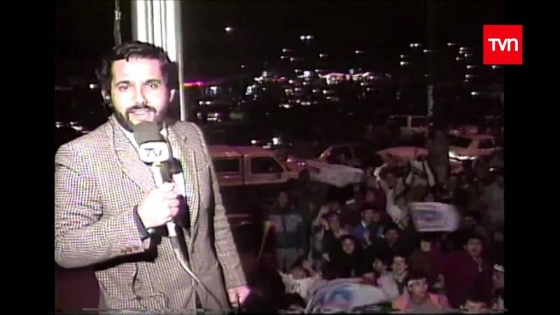 Periodista de TVN cubriendo las celebraciones en Plaza Italia tras el triunfo de Colo Colo en la final de la Copa Libertadores 1991.