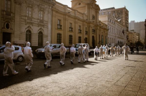 Intervención de la Coordinadora Nacional de Inmigrantes en rechazo a las expulsiones masivas que ha realizado el estado chileno. 28 de abril de 2021, Plaza de Armas Santiago de Chile (Foto: David Arboleda).