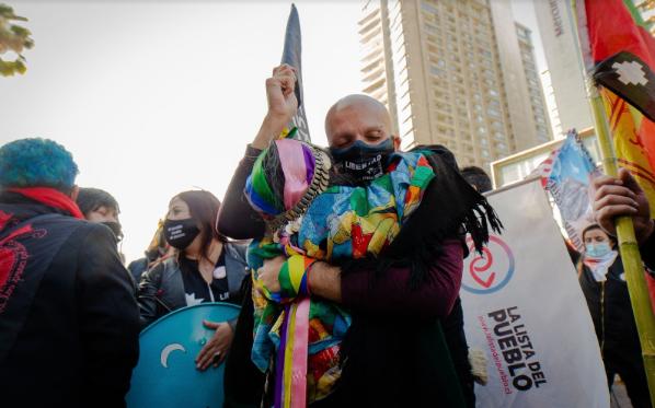 Convencional constituyente Rodrigo Rojas abrazando a la lonko Juanita Millal. 4 de julio de 2021. (Foto: Luciano Candia).