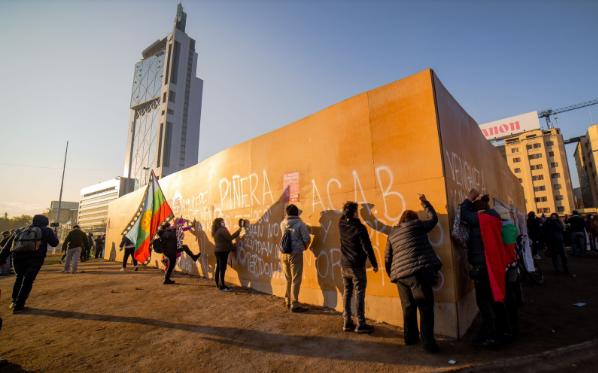 Manifestantes en el monumento al general Baquedano. 4 de julio de 2021. (Foto: Luciano Candia).
