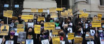 Mujeres con pancartas de la Red Chilena Contra la Violencia Hacia la Mujer en el frontis de la Biblioteca Nacional. 5 de agosto de 2021. (Foto: Isidora Varela L.).