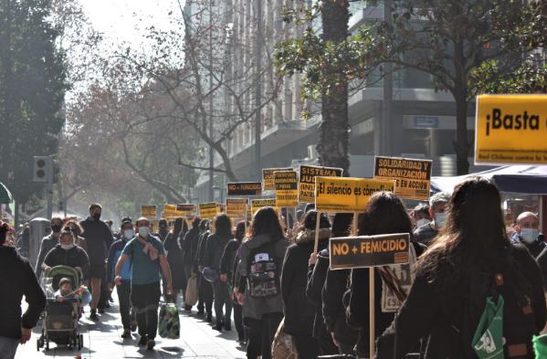 Mujeres caminando por Paseo Ahumada con pancartas de la Red Chilena Contra la Violencia Hacia la Mujer. 5 de agosto de 2021. (Foto: Isidora Varela L.).