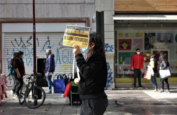 Mujer con pancarta de la Red Chilena Contra la Violencia Hacia la Mujer en la mano. 5 de agosto de 2021. (Foto: Isidora Varela L.).