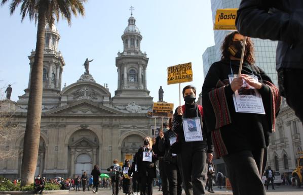 Mujeres caminando por Plaza de Armas, con la Catedral de Santiago de fondo. 5 de agosto de 2021. (Foto: Isidora Varela L.).