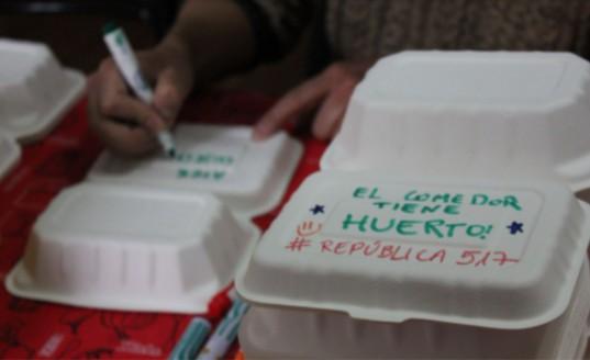 En las bandejas donde se sirve la comida, se escriben mensajes de acuerdo a la contingencia nacional, fechas conmemorativas y, en este caso, anunciando que el comedor tiene huerto. 8 de agosto de 2021. (Foto: Isidora Varela L.)